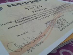sertifikatnyapun ber-ttd asli Ayu Utami!